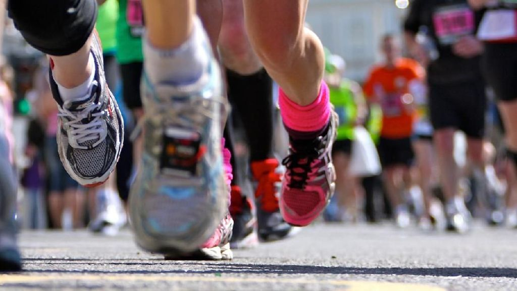 Luar Biasa! Ibu Ini Ikut Marathon Sambil Dorong Ketiga Anaknya di Stroller
