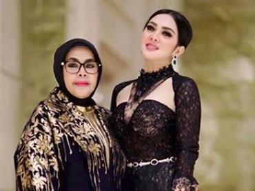 Buat Syahrini, sang bunda adalah segalanya. (Foto: Instagram/mr_ocha_photoworks via princessyahrini)