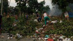 Puluhan Warga di Jambi Blokir Jalan dengan Sampah