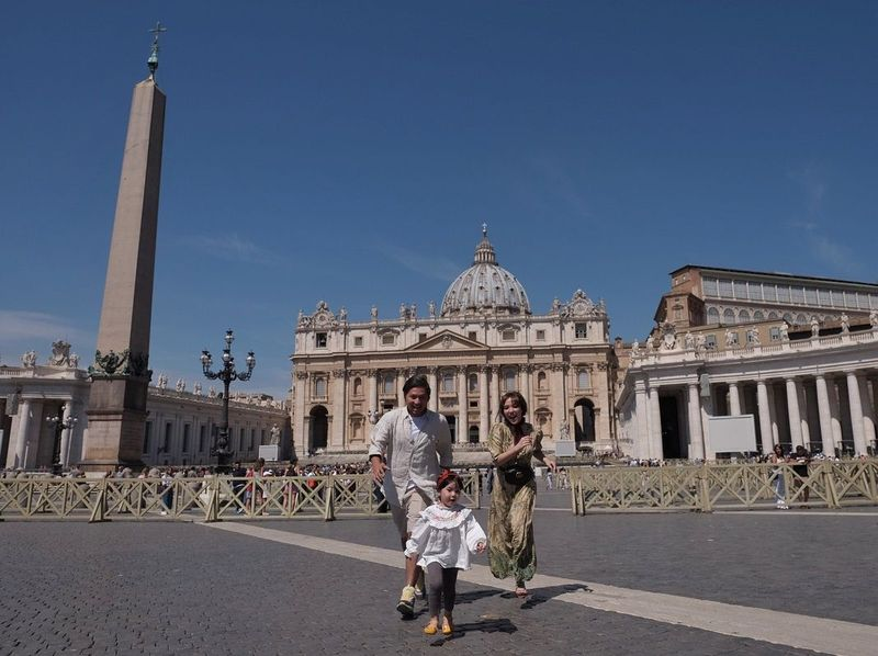 Pada pertengahan bulan Juni tahun ini, pasangan selebriti Gading dan Gisel mengajak serta buah hatinya Gempi liburan ke Italia. Ini potret kebersamaan mereka di Vatikan (@gadiiing/Instagram)