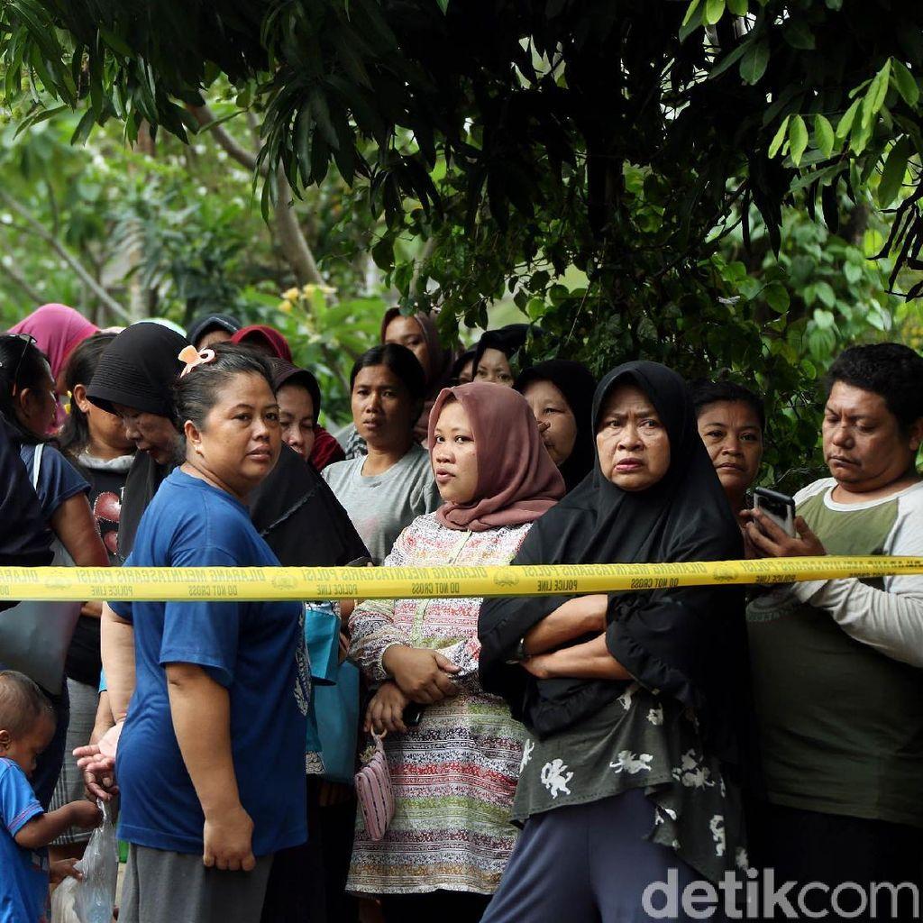 Rekonstruksi Pembunuhan Keluarga di Bekasi Jadi Tontonan Warga