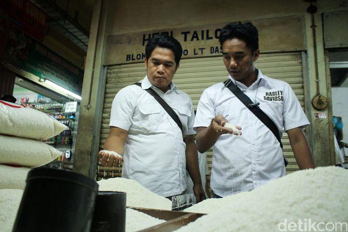 Tim dari Bulog dan Satgas Pangan Polda Metro Jaya menyambangi satu per satu kios yang menjual beras di Pasar Tomang Barat, Rabu (21/11/2018).