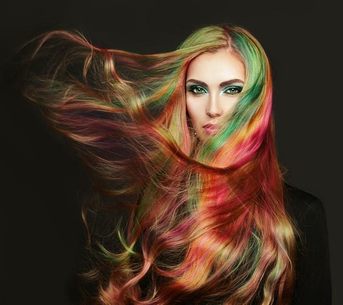 ilustrasi wanita dengan rambut warna-warni