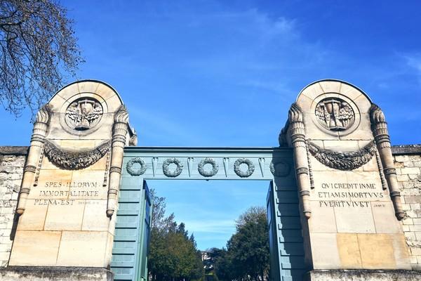 Pere Lachaise ini berlokasi di 8 Boulevard de Menilmontant, Paris, Prancis (iStock)