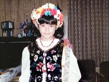 Potret Tamara tahun 1982 dengan pakaian tradisional Polandia. (Foto: Instagram @tamarableszynskiofficial)