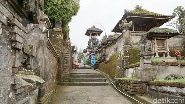 Bangunan pura begitu bersih dan rapi. Terlihat bagaimana sangat terawatnya tempat beribadah terbesar di Bali ini (Syanti/detikTravel)