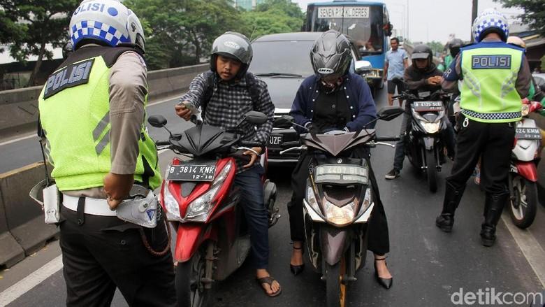 Polisi tengah menilang pemotor di Jakarta (Foto: Rifkianto Nugroho)