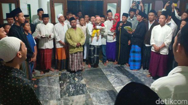 Peringati Maulid Nabi, Jamaah Masjid Tua-Muda di Kediri Berebut Koin