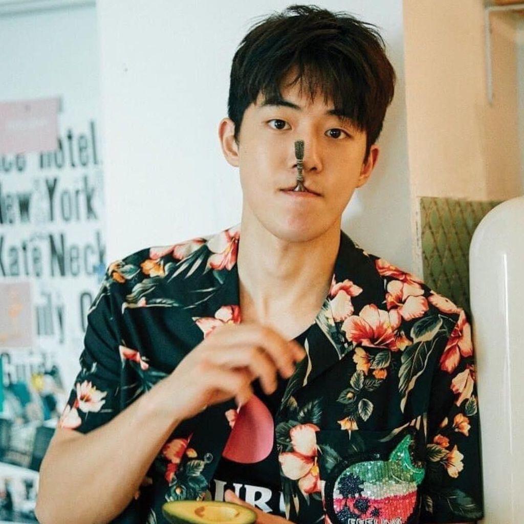Pose Keren Nam Joo Hyuk Saat Makan Es Krim dan Ngemil Alpukat
