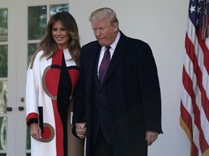 Melania Trump Mencuri Atensi Pakai Coat, Harga Bajunya Rp 137 Juta