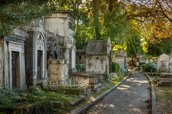 Bentuk kuburan di Pere Lachaise beraneka macam, mulai dari yang bentuknya sederhana hingga monumen yang menjulang (iStock)