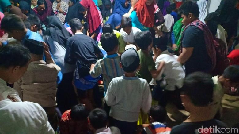 Peringati Maulid Nabi, Ratusan Jamaah Masjid di Kediri Berebut Koin