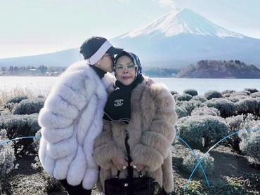 Fatimah Syahrini Zaelani atau yang akrab disapa Syahrini kini sukses dalam karir dan kehidupannya. Menurut Syahrini, kesuksesan yang didapat tak lepas dari doa sang bunda, Wati Nurhayati. (Foto: Instagram/princessyahrini)