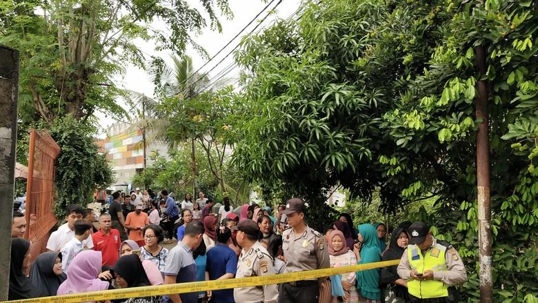 Jelang Rekonstruksi Pembunuhan Keluarga Daperum, Warga Berkumpul