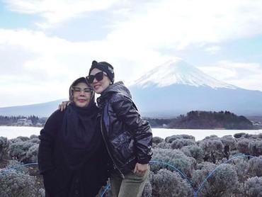Dalam Instagram-nya,Syahrini tak jarang memuja dan memuji ibunya lho. Ia bahkan punya nama panggilan sayang untuk sang bunda, yaitu Ibu cetarr. (Foto: Instagram/princessyahrini)