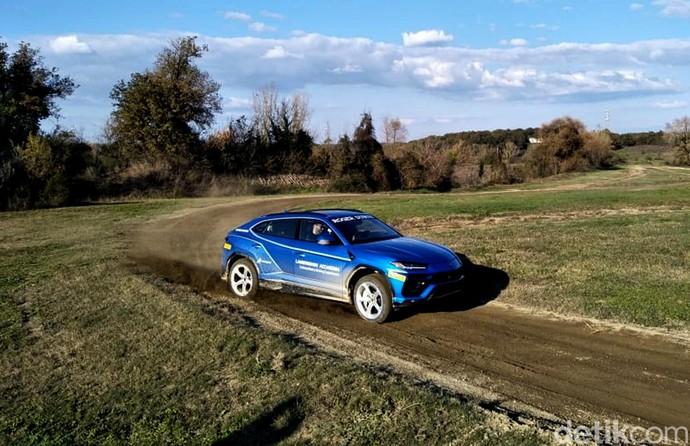 Menjajal SUV Sangar Lamborghini