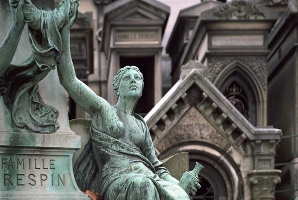 Patung-patung kuno pun banyak yang dibuat di sekitar makam (iStock)