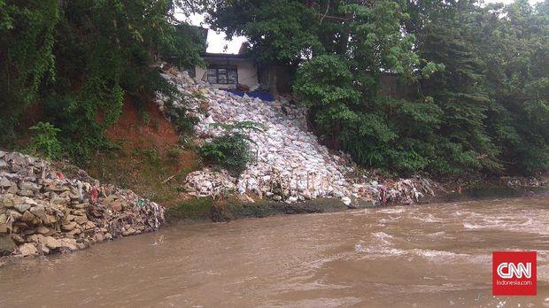 Sampah-sampah di tepi SUngai CIliwung.
