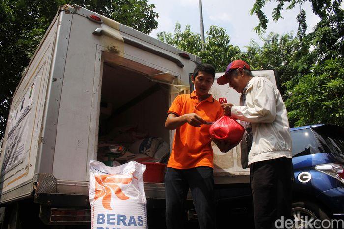 Bulog mengerahkan mobil boks untuk menjual beras di Pasar Tomang Barat.