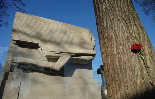 Kalau yang satu ini adalah makam Oscar Wilde, dengan batu nisan besar dan unik (Antoine Antoniol/Getty Images)