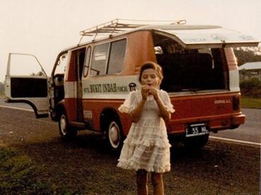 Me, Jalan tol Jagorawi 1982 *Always fashionable ;) by Bugi 1982, ungkap Tamara. Ia memang senang tampil fashionable sejak kecil. Ngomong-ngomong, Tamara sedang meniup apa tuh? (Foto: Instagram @tamarableszynskiofficial)