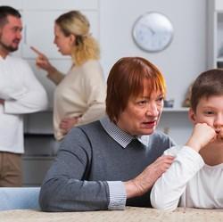 Memahami Kesedihan Orang Tua ketika Anaknya Bercerai