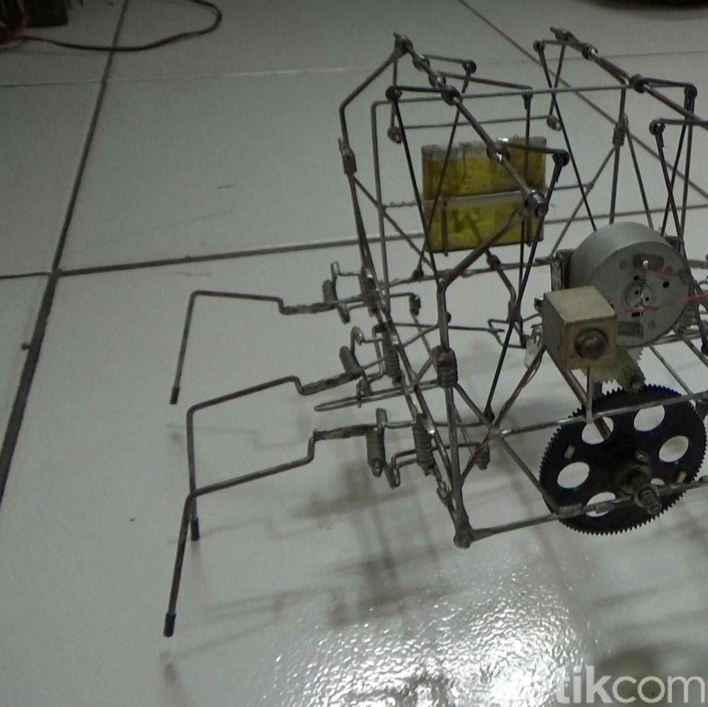 Penyandang Disabilitas Ini Bikin Robot Unik dari Barang Bekas