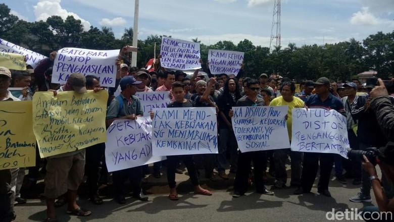 Ratusan Sopir Truk Batu Bara Geruduk Kantor Gubernur Sumsel