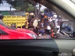 Macet Parah Ciputat-Pasar Jumat Gegara Truk Tabrak Pohon