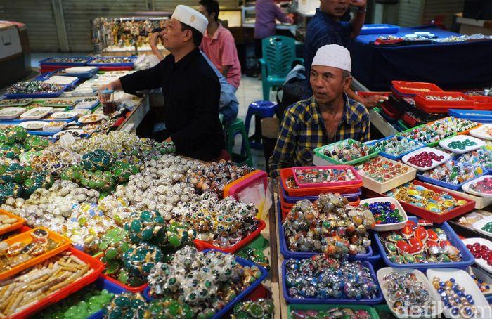 Pasar Batu Akik Rawa Bening, Jatinegara, Jakarta Timur, selasa (20/11/20180. Peminat batu alam ini pernah mengalami masa kejayaan pada awal tahun 2015 lalu, namun peminatnya kini hanya tebatas mereka yang memang pecinta batu saja.
