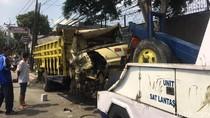 Truk Tabrak Pohon di Pasar Jumat Dievakuasi, Sopir Sempat Terjepit