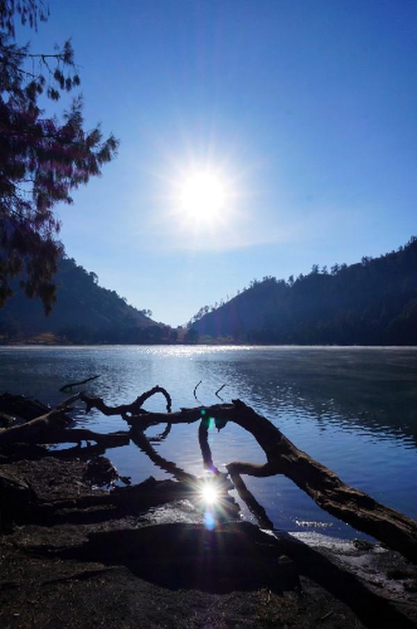 Traveler juga dilarang untuk berenang di danau. Selain karena disakralkan, suhu air yang tidak menentu dan kedalaman yang mencapai 28 meter dikhawatirkan dapat mengakibatkan hal-hal yang berakibat fatal. (detik)