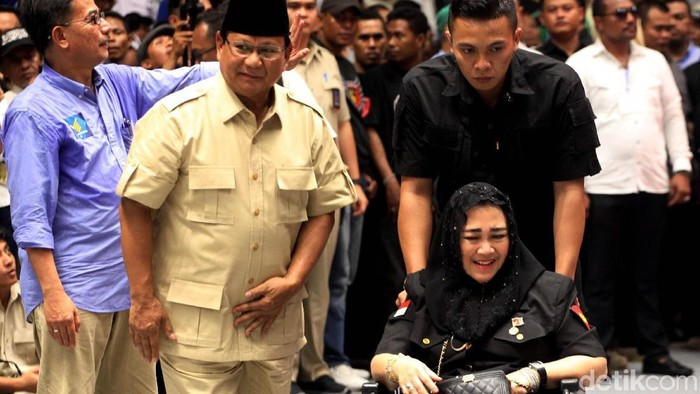 Sejumlah politisi hingga artis ramaikan pembekalan relawan Prabowo-Sandiaga. Amien Rais dan Ahmad Dhani menjadi diantaranya yang hadir di Istora Senayan.