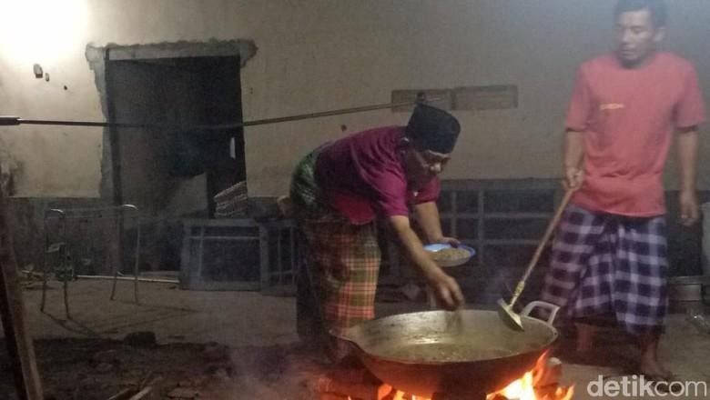Foto: Membuat minyak Songak di Lombok (Faruk Nickyrawi/detikTravel)