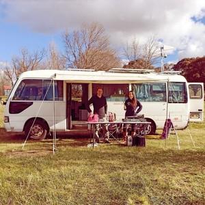 Tinggal di Bus Selama Setahun, Pasangan Ini Kini Bisa Beli Rumah