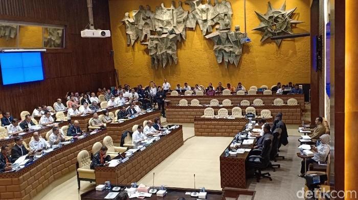 rsama Menteri Pehubungan Budi Karya Sumadi membahas kecelakaan Lion Air PK-LQP, Kamis (22/11/2018)