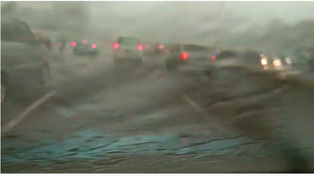 Hujan Es Sebesar Kerikil Terjadi di Semanggi