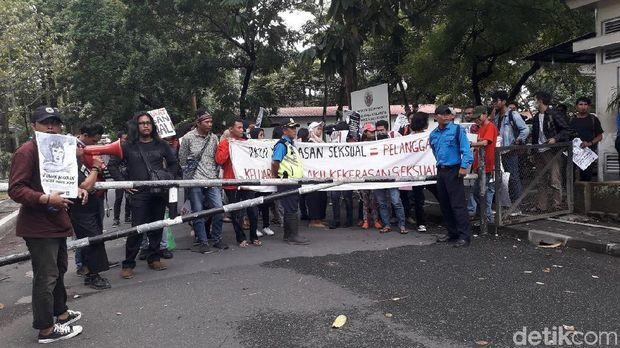 Demo Mahasiswa UGM Tuntut Pelaku Pencabulan di-DO Nyaris Ricuh