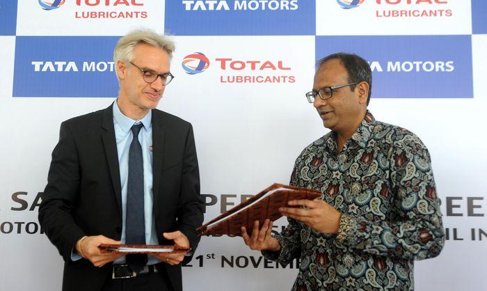 Perjanjian kerjasama itu ditandatangani oleh Presiden Direktur Tata Motors Distribusi Indonesia (TMDI), Biswadev Sengupta dan Managing Director Total Oil Indonesia, Franck Giraud, di Jakarta, Rabu (21/11/18). Foto: dok. Tata Motors