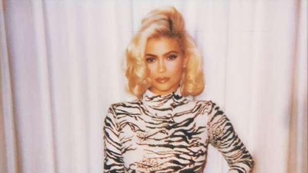 Pose Seksi dan Retro Kylie Jenner di Kalender 2019