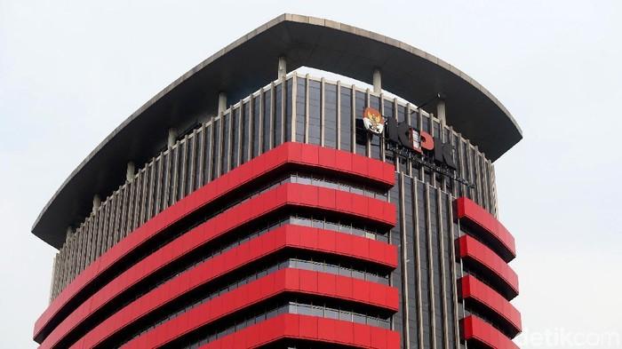 Angin kencang dan hujan deras yang mengguyur Jakarta membuat sebagian huruf P di yang menempel di Gedung KPK Ambrol. Begini penampakannya.