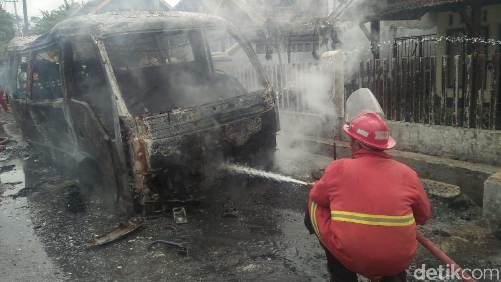 Sebuah MPU Hangus Terbakar, Diduga Korsleting