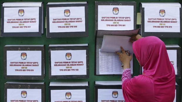 Warga mengecek Daftar Pemilih Tetap (DPT) Pemilu 2019 dan Pilpres 2019 di Kelurahan Cilandak Barat, Jakarta, belum lam ini.