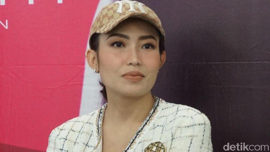 Foto: Gaya Puluhan Juta Rupiah Ayu Dewi Datang ke Bazar Barang Branded