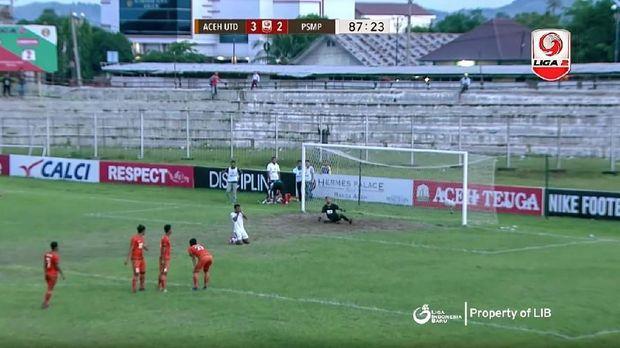 Krisna Adi Darma sempat bersujud usai bola eksekusi penaltinya melenceng jauh. (