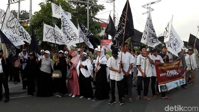 Sambil Berselawat, Massa Tunggu Gus Nur Jalani Pemeriksaan