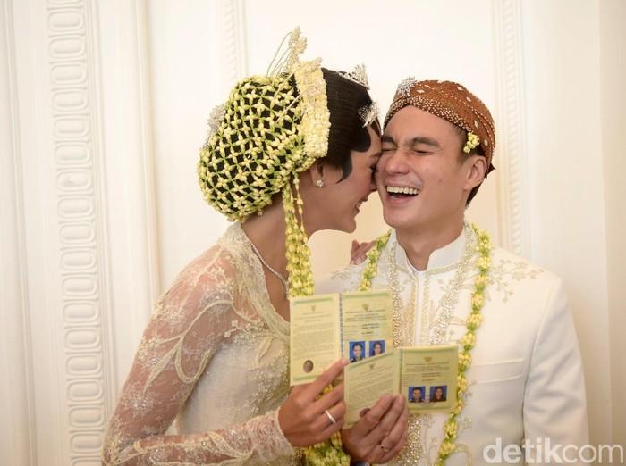 Dinikahi Baim Wong Paula Verhoeven Cantik Bergaun Modest Saat Resepsi