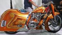 Nama motornya Sinden dasarnya CBR150R dengan konsep Steam line, ujar Hasan Law yang memiliki workshop di Sidoarjo. Foto: Ridwan Arifin/detikOto