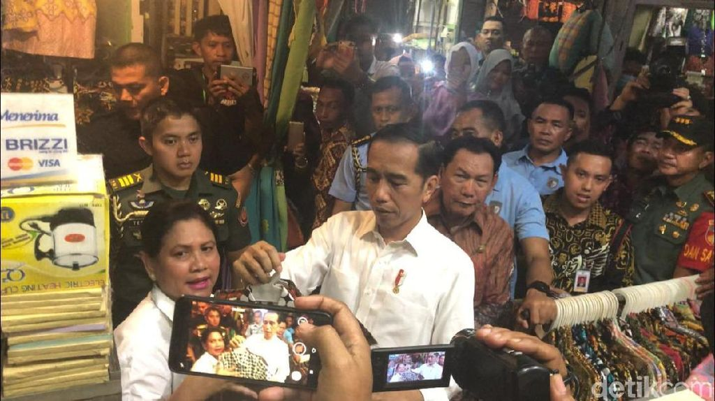 Di Pasar Pekalongan, Jokowi dan Iriana Beli Batik untuk Cucu