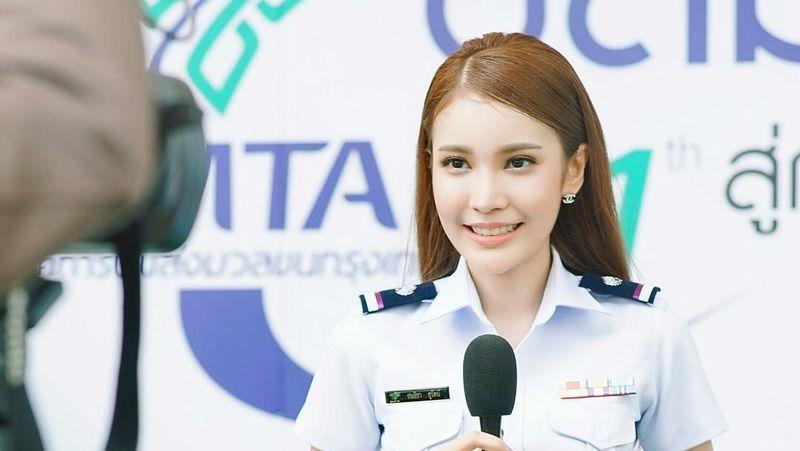 Mari kenalan dengan Milin Nuttapagun, gadis cantik dari Thailand yang sempat viral beberapa waktu yang lalu. Milin viral karena fotonya memakai seragam seperti PNS tersebar di media sosial. (Instagram/@milinb3rry)